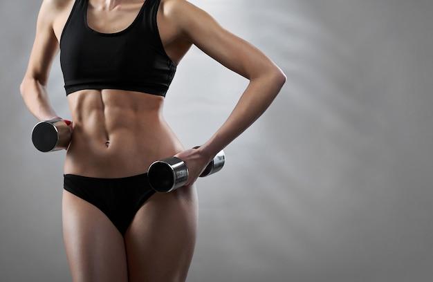 Женский фитнес модель позирует