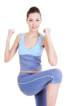 Женский фитнес молодой улыбающейся женщины, изолированной на белом
