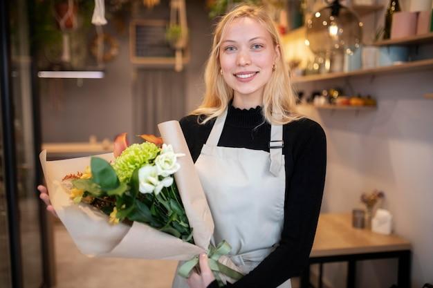 美しい花束を持っている女性の花屋