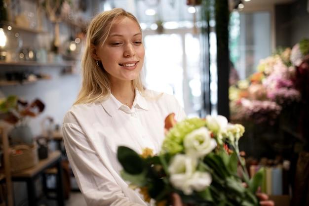 아름다운 꽃다발을 들고 있는 여성 꽃집