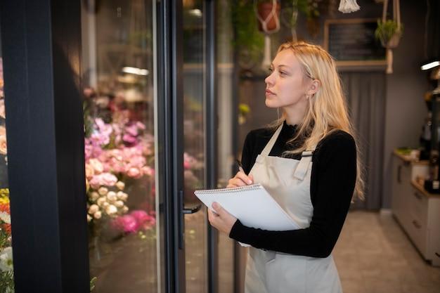 ノートを持っている女性の花屋