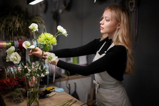 아름다운 꽃꽂이를 만드는 여성 플로리스트