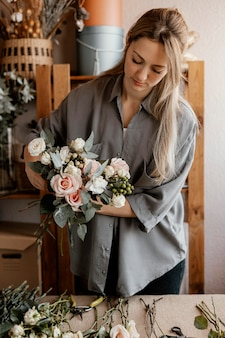 美しいフラワーアレンジメントを作る女性の花屋