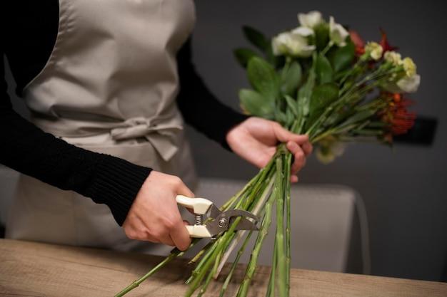 花束を作る女性の花屋