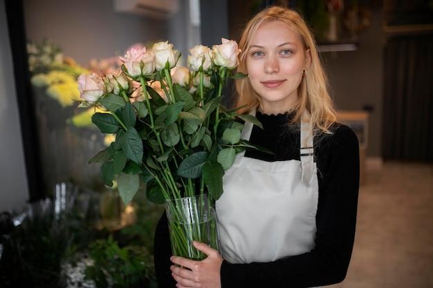Fiorista femminile che fa una bella composizione di fiori