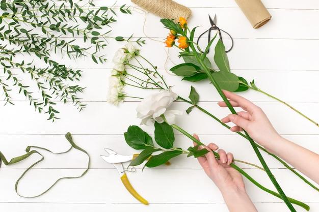 フラワーショップで美しい花束を作る女性の花屋