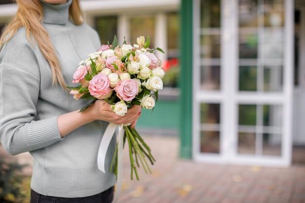 꽃집에서 아름다운 꽃다발을 만드는 여성 플로리스트.