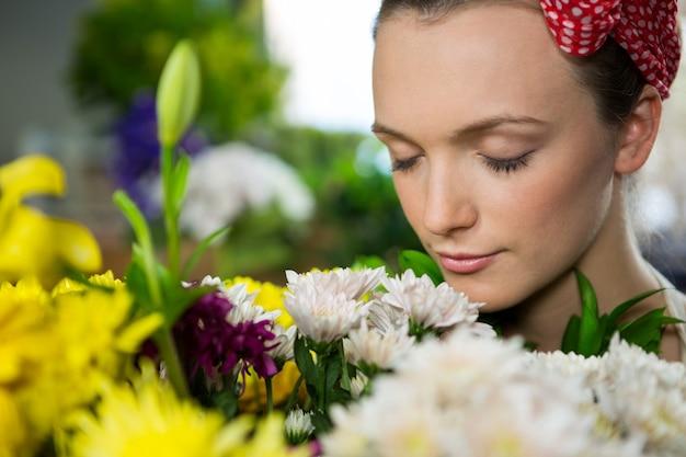 花の束の臭いがする女性の花屋