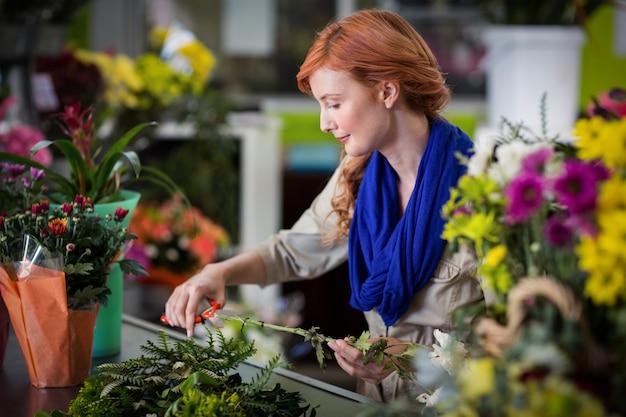 女性の花屋トリミング花茎