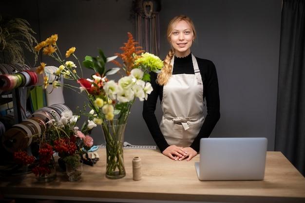 仕事でラップトップを使用している女性の花屋