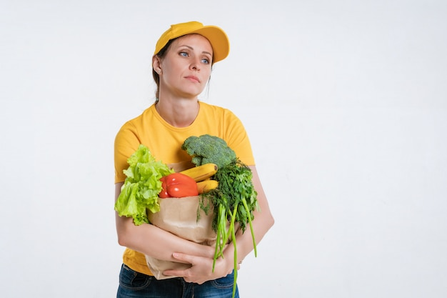 Работник службы доставки еды женского пола с пакетом еды