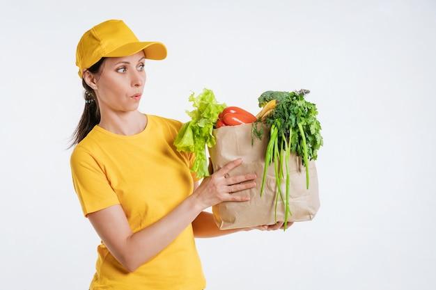 Работник доставки еды женского пола с пакетом еды