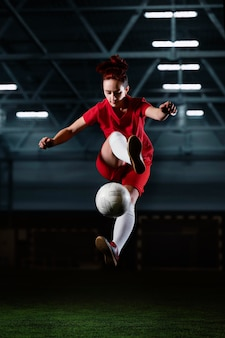 Женский футболист ногами мяч