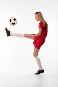 공을 차는 여자 축구 선수