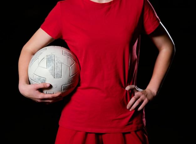 Женский футболист с мячом крупным планом