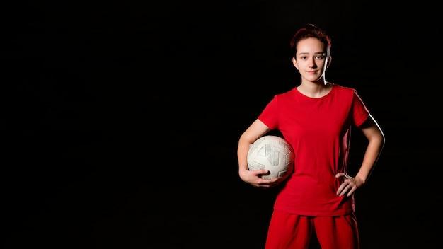 Женский футболист с мячом копией пространства