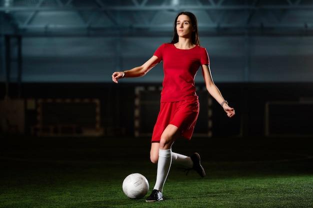 Giocatore di gioco del calcio femminile con la palla