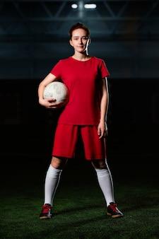 Женский футболист с мячом