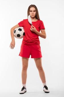 Женский футболист с маской, держащей мяч