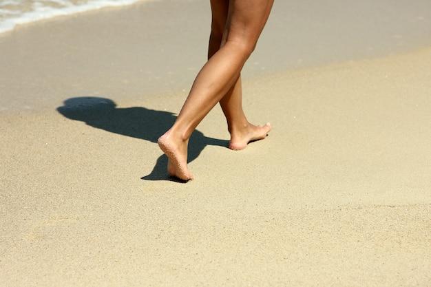 여름에 해변에서 모래에 여성 발자취