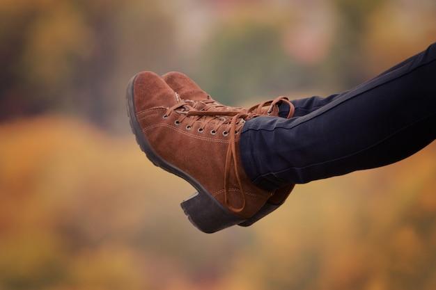 여성은 흐린 된을 배경에 갈색 신발에 발자취.