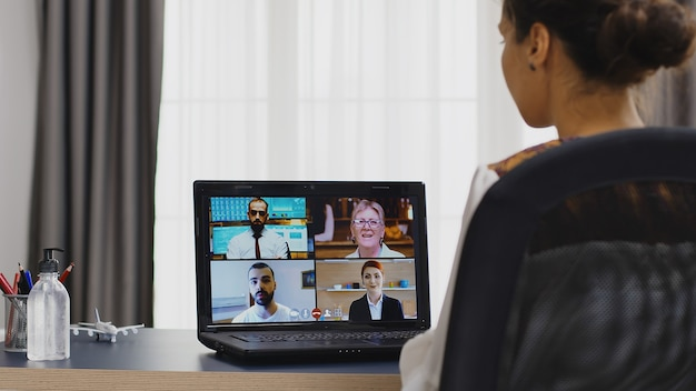 Женщина-фрилансер на видеоконференции с деловыми партнерами.