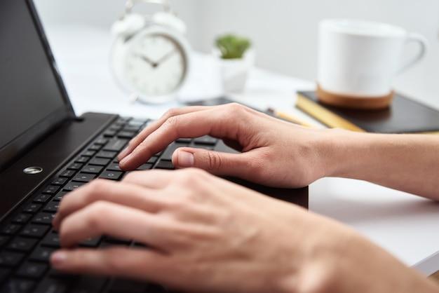 홈 오피스에서 노트북을 사용하는 여성 프리랜서. 온라인 작업 및 원격 작업
