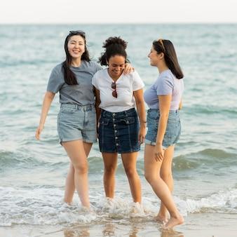 Amici femminili sulla spiaggia