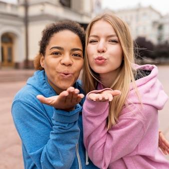 Amici femminili che soffia baci