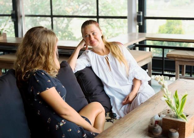 Подруги разговаривают в кафе