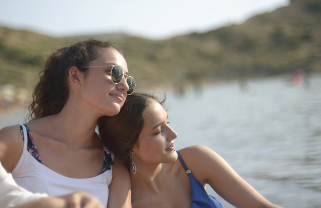 ビーチで天気の良い日を楽しむ女性の友人