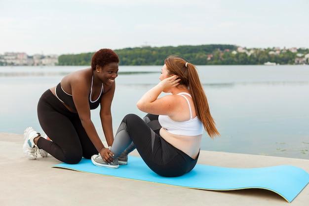Подруги, упражнения на открытом воздухе