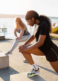Подруги тренируются вместе на улице