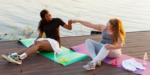 Подружки бьют друг друга кулаком после тренировки