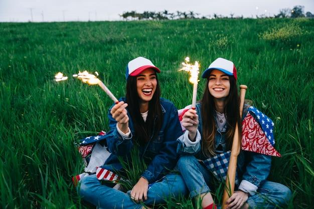 Amici femminili divertendosi nel campo