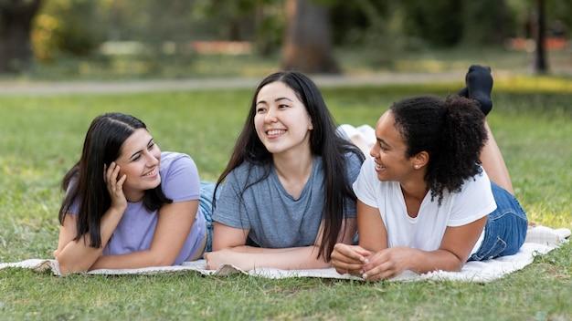 Amici femminili che hanno divertimento al parco