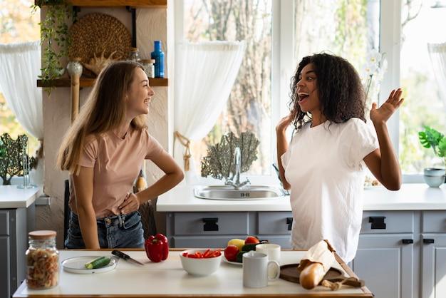 キッチンで一緒に楽しんでいる女友達