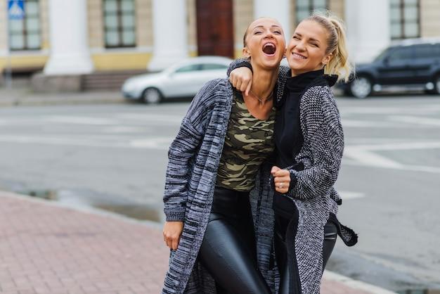 Женские друзья весело проводят время вместе Бесплатные Фотографии