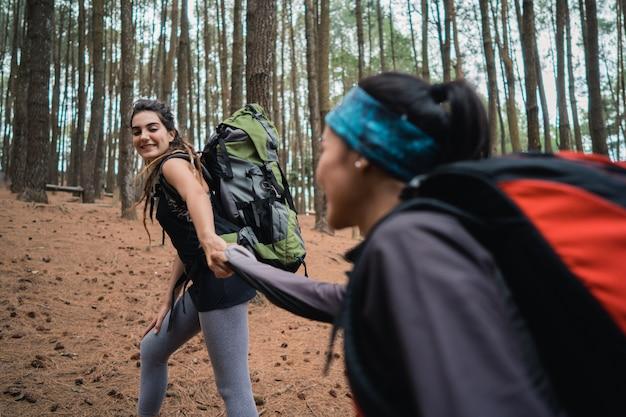Подруги в походе помогают друг другу