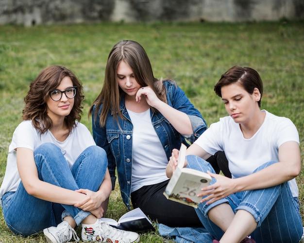 Женщины друзей, расслабляющий, сидя на газоне Бесплатные Фотографии