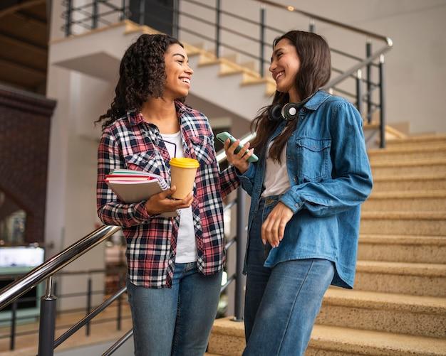Amici femminili che si vedono per un caffè