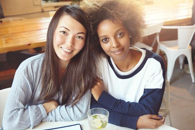 カフェに座っている女友達