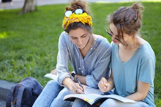 Подруги учатся вместе в парке