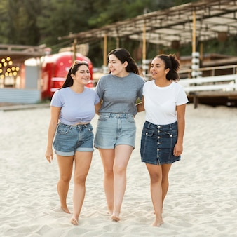 Amici femminili insieme sulla spiaggia