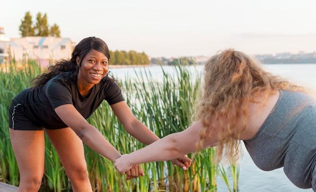 호수에서 함께 훈련하는 여자 친구