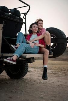 Amici femminili che viaggiano insieme in macchina