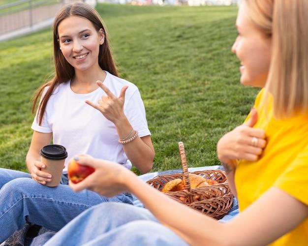 Amici femminili che utilizzano il linguaggio dei segni
