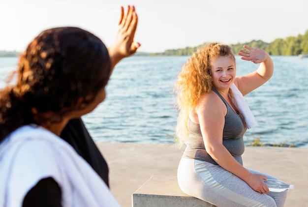 Amici femminili che salutano a vicenda dopo aver lavorato
