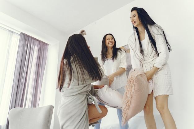 Концепция женской дружбы и домашней вечеринки