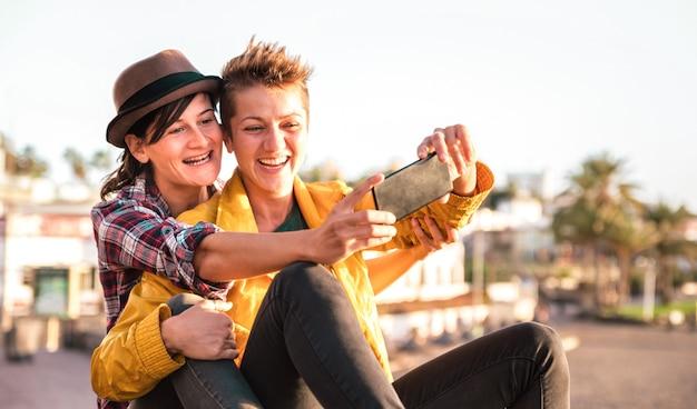 テネリフェ島で屋外にselfieを取る女の子のカップルとの女性の友情の概念